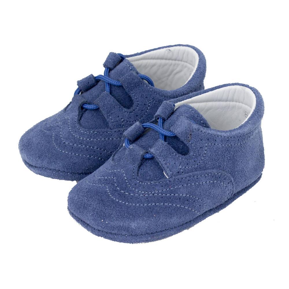 Para comenzar, debes saber que, de acuerdo a los pediatras, el momento adecuado para que tu bebé comience a usar calzado es en cuanto este ya comience a gatear e intentar ponerse en píe. Hablamos de calzado de suela gruesa, sin embargo hay otras opciones que debes tomar en cuenta como el calzado para bebés o patucos.